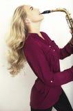 Adolescente rubio con el saxofón Imagen de archivo libre de regalías