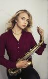 Adolescente rubio con el saxofón Fotos de archivo libres de regalías