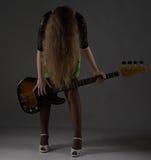Adolescente rubio con la guitarra, headbang Imagen de archivo