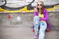Adolescente rubio con la piruleta, retrato urbano Imagen de archivo libre de regalías