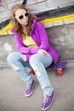 Adolescente rubio con la piruleta, retrato urbano Fotos de archivo