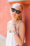 Adolescente rubio con las gafas de sol Fotos de archivo
