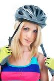Adolescente rubio con un casco en su cabeza Fotos de archivo