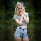 Adolescente rubio de Bautiful solamente en el bosque Imagen de archivo