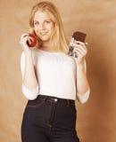 Adolescente rubio de la belleza joven que come el chocolate Fotos de archivo libres de regalías