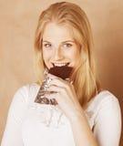 Adolescente rubio de la belleza joven que come el chocolate Imagenes de archivo