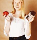 Adolescente rubio de la belleza joven que come el chocolate que sonríe, opción Imagen de archivo libre de regalías
