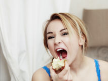 Adolescente rubio de la mujer que come la fruta de la manzana Fotos de archivo