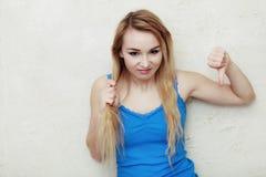 Adolescente rubio de la mujer que muestra su h seco dañado Imagenes de archivo