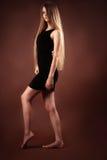 Adolescente rubio delgado en vestido negro Imagen de archivo libre de regalías