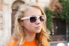 Adolescente rubio en gafas de sol, foto del primer Imagen de archivo libre de regalías