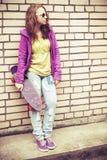 Adolescente rubio en gafas de sol y ropa colorida Foto de archivo libre de regalías