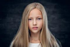 Adolescente rubio en un fondo oscuro Fotos de archivo libres de regalías