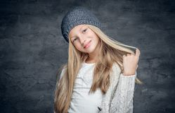 Adolescente rubio en un sombrero caliente del invierno Fotos de archivo libres de regalías