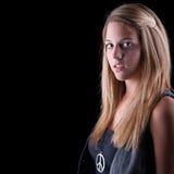 Adolescente rubio europeo aislado sobre negro Imagen de archivo