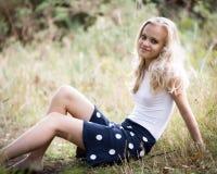 Adolescente rubio hermoso afuera en el bosque Fotografía de archivo