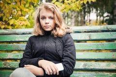 Adolescente rubio hermoso con el teléfono elegante Fotos de archivo libres de regalías