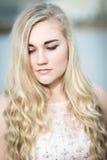Adolescente rubio hermoso con los ojos azules Imagen de archivo libre de regalías