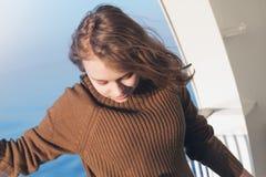 Adolescente rubio hermoso en el barco de cruceros Imagenes de archivo