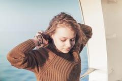 Adolescente rubio hermoso en la cubierta que camina Fotografía de archivo libre de regalías
