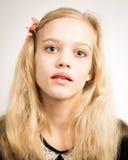 Adolescente rubio hermoso que mira en la cámara Fotografía de archivo