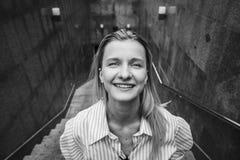 Adolescente rubio hermoso que sonríe en cámara día Imágenes de archivo libres de regalías