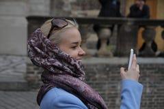 Adolescente rubio hermoso que toma un selfie en el teléfono elegante en parque Mujer joven linda con el pelo largo, sonriendo, fo Foto de archivo libre de regalías