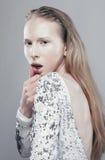 Adolescente rubio joven en el humo blanco con Imagen de archivo