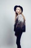 Adolescente rubio joven en sombrero y abrigo de pieles, Imagenes de archivo