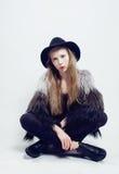 Adolescente rubio joven en sombrero y abrigo de pieles Fotos de archivo