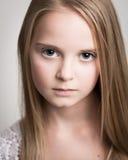 Adolescente rubio joven hermoso en el estudio Imagen de archivo libre de regalías