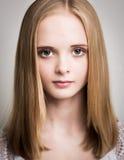 Adolescente rubio joven hermoso en el estudio Imagenes de archivo