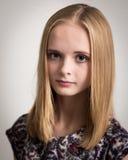 Adolescente rubio joven hermoso en top de la flor Fotografía de archivo libre de regalías