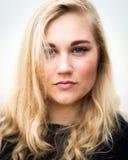 Adolescente rubio joven que piensa en la playa Fotos de archivo libres de regalías