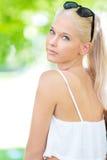 Adolescente rubio joven y hermoso al aire libre Foto de archivo