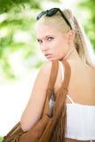 Adolescente rubio joven y hermoso al aire libre Fotos de archivo libres de regalías