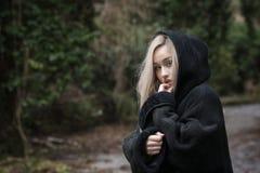 Adolescente rubio lindo con con pregunta en ojos Fotografía de archivo libre de regalías