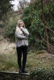 Adolescente rubio lindo con las figuras agradables en el bosque Imagen de archivo