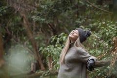Adolescente rubio lindo con las figuras agradables que se inclinan en la cerca de madera Foto de archivo libre de regalías