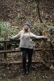 Adolescente rubio lindo con las figuras agradables que se inclinan en la cerca de madera Fotos de archivo libres de regalías