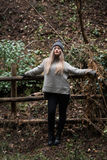 Adolescente rubio lindo con las figuras agradables que se inclinan en la cerca de madera Fotografía de archivo