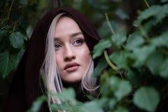 Adolescente rubio lindo con los labios grandes agradables y los ojos verdes hermosos Foto de archivo
