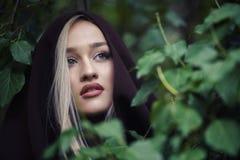 Adolescente rubio lindo con los labios grandes agradables y los ojos verdes hermosos Foto de archivo libre de regalías