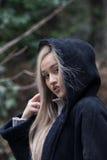 Adolescente rubio lindo en el cuello del polo del desgaste del bosque y la chaqueta con capucha para mujer Fotografía de archivo