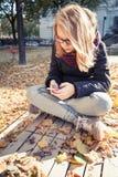 Adolescente rubio lindo que usa smartphone Fotos de archivo libres de regalías