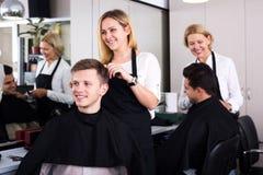 Adolescente rubio positivo de la porción del peluquero Foto de archivo