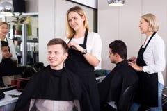 Adolescente rubio positivo de la porción del peluquero Imagenes de archivo