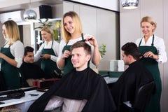 Adolescente rubio positivo de la porción del peluquero Fotos de archivo libres de regalías