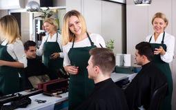 Adolescente rubio positivo de la porción del peluquero Imagen de archivo