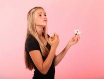 Adolescente rubio que aplica perfume Fotos de archivo libres de regalías